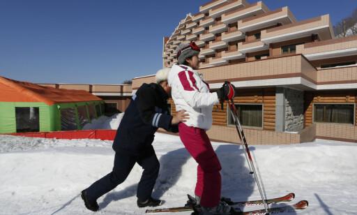 GANSKE ALPINT: Gjenkjennelig skianlegg i nytt vinterland. Diktator Kim Jong Un hadde som student i Sveits sett hvordan han ville ha det nye luksushotellet med 250 rom for utlendinger og 150 rom for koreanere.. FOTO:AP/Vincent Yu