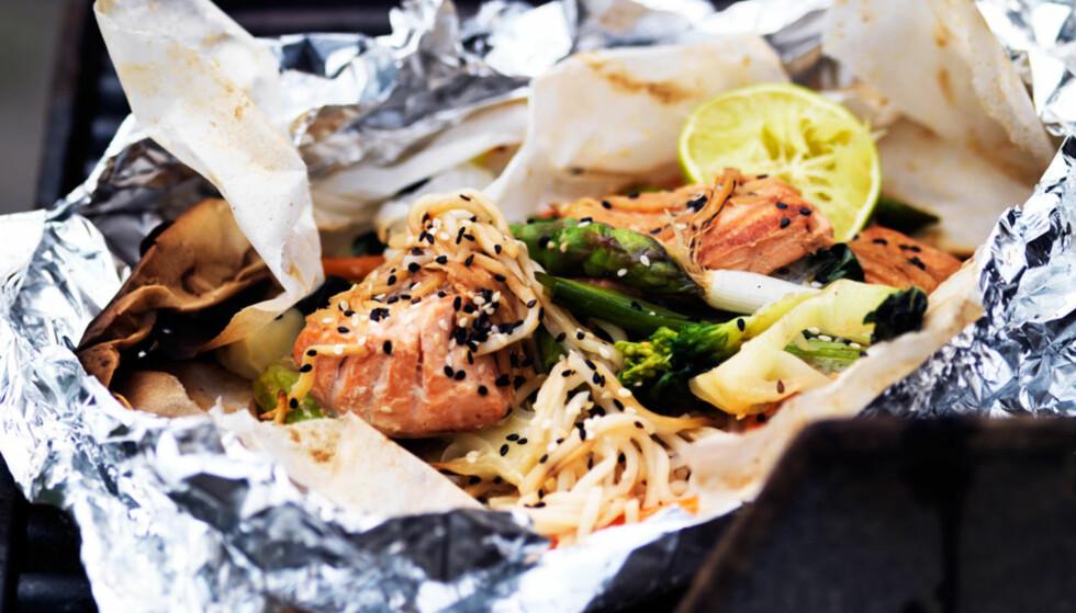 Du kan pakke mat med sitron inn i bakepapir og så inn i aluminiumsfolie. Da unngår du at maten får kontak med folien. Foto: Dagbladet