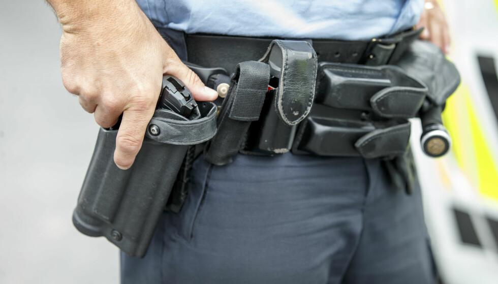 TRAKK SJELDNERE VÅPEN: Politiet trakk sjeldnere våpen da de var generelt bevæpnet i 2015 enn de har gjort i 2016 og 2017. Foto: Gorm Kallestad / NTB scanpix