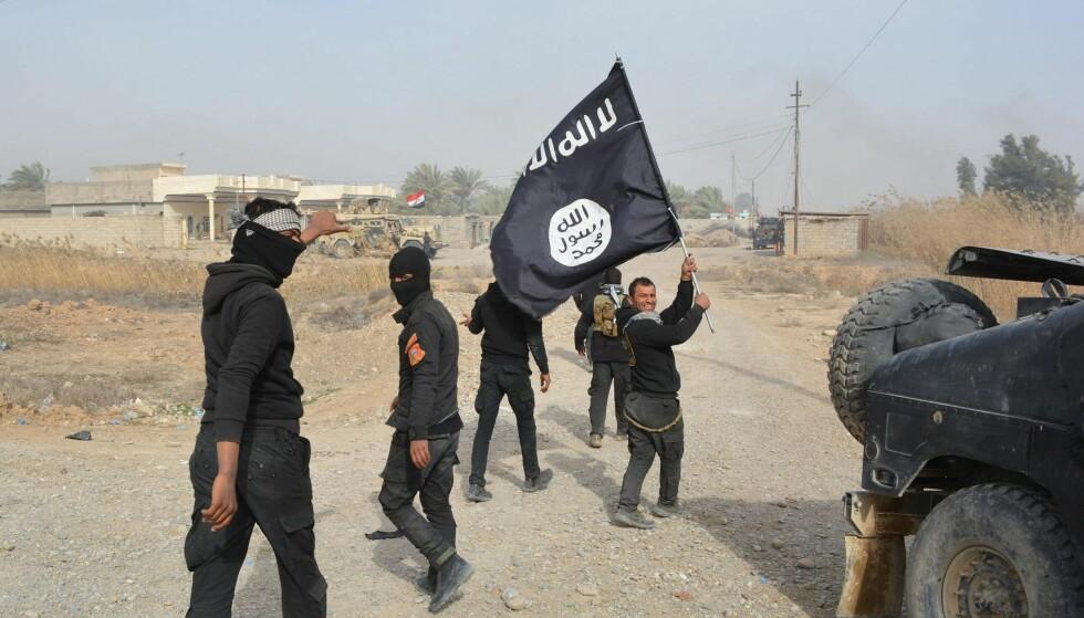 JIHADISTISK TERROR: De voldelige aspektene ved islam er blitt aksentuert på 1900-tallet gjennom framveksten av jihadistisk islamisme, som i dag viser seg ved stadige terrorhandlinger, i vestlige samfunn og andre deler av verden, skriver artikkelforfatteren. Bildet er fra 2015 og viser irakiske styrker med et IS-flagg etter å ha fått kontroll over Diyala-provinsen nordøst for Bagdad. Foto: AFP PHOTO / YOUNIS AL-BAYATI