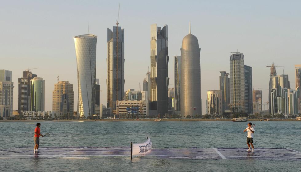 FUTURISTISK: De to tennislegendene Rafael Nadal (t.v) og Roger Federer varmet opp før en oppvisningskamp i Qatars hovedstad Doha, i 2011. I 2022 skal fotball-VM arrangeres her. Foto: Qatar Tennis Federation / Reuters / Scanpix