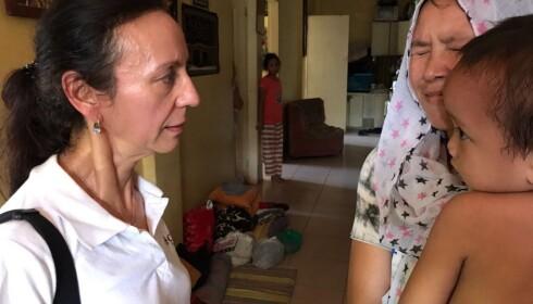 BESØKTE FLYKTNINGER: Skretteberg (t.v.) møtte Jamela Madrigal (29) med sønnen Javadd (4) på armen i en flyktningleir i Iligan by. - De har vært på senteret i 20 dager. Mistet alt. Huset deres ble bombet. De var livredde og måtte flykte, forteller hun. Foto: Caritas.