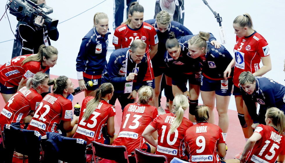 NORSK TIMEOUT: Norge under EM for ett år siden. Nå endres reglene for hvordan laget tar timeout. Foto: Bjørn Langsem / DAGBLADET