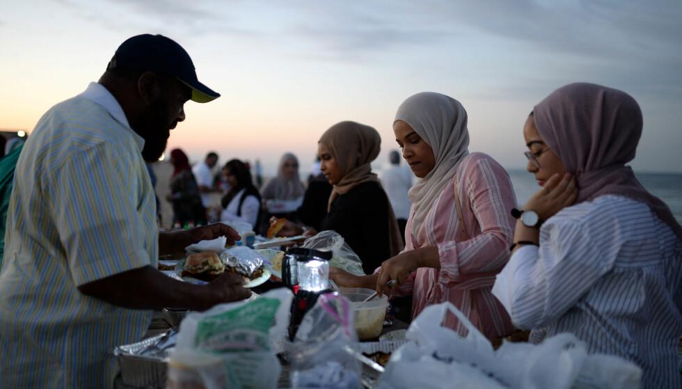 HØYTID: Muslimer under et iftar-måltid. Religiøse skikker og høytider, forplikter til og gir utslag i konkret medmenneskelighet, skriver artikkelforfatterne. Foto: Amr Alfiky / NTB Scanpix