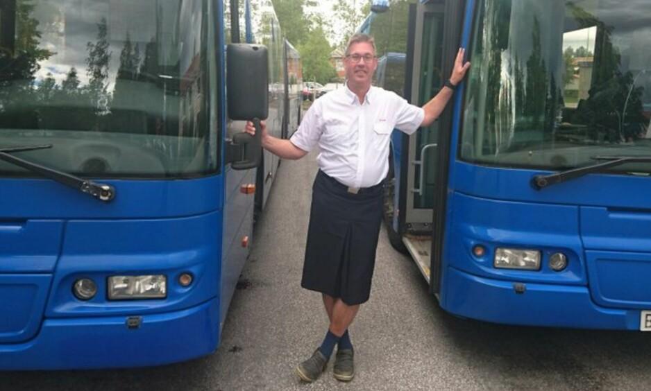 KJØRER I SKJØRT: Göran Sandberg fra Umeå i Sverige hadde løsningen klar da han ble nektet å gå i shorts på jobben. Foto: Privat
