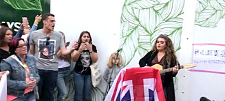 Hundrevis av fans møtte opp utenfor Wembley stadion for å synge for Adele
