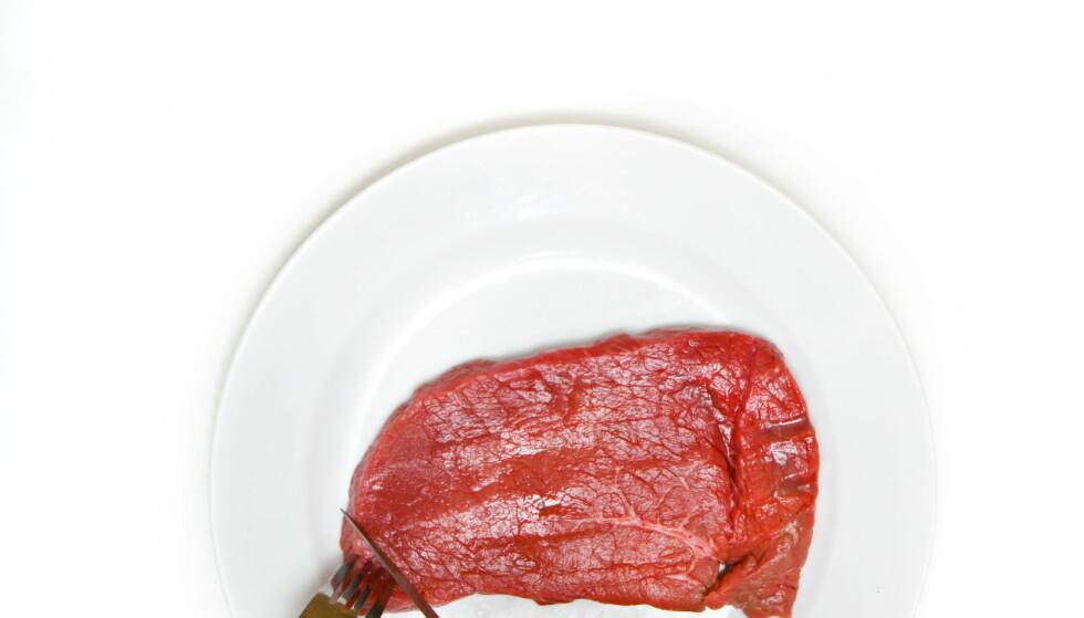 GOD HYGIENE: Har du brukt en gaffel til å legge rått kjøtt i panna, må du bruke en annen til å ta den av.  Foto: Sigurd Fandango / Dagbladet