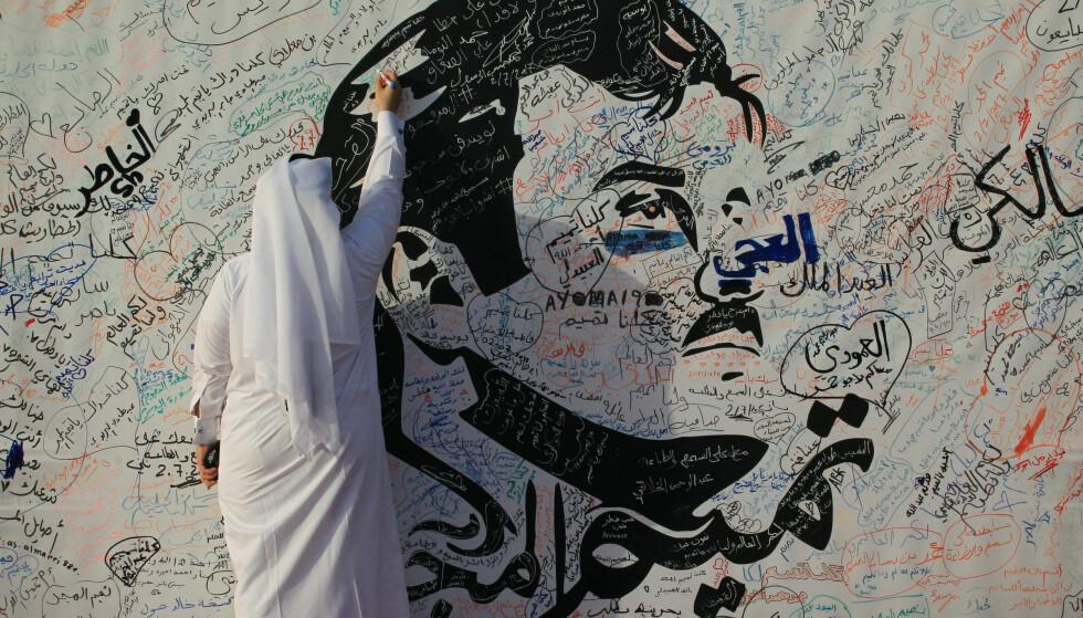 MEGLING PÅ GANG: Et brev fra Qatars øverste leder (emiren som tegnes på bildet) vil bli levert meglerlandet Kuwait i løpet av dagen. Qatars regjerende emir heter Tamim Bim Hamad Al-Thani. Foto: Naseem Zeitoon / Reuters / Scanpix