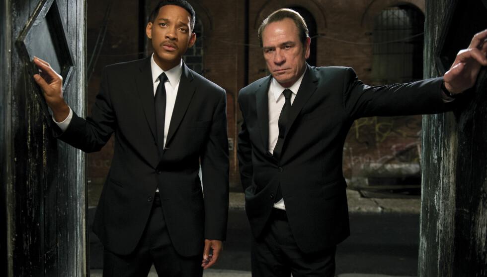 JUBILEUM: Regissør Barry Sonnenfeld fikk viljen sin til slutt, og Will Smith og Tommy Lee Jones endte opp med hovedrollene i filmen «Men in Black». FOTO: Filmweb
