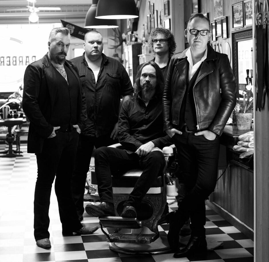 AMERICANA FRA HEDMARKEN: Debuten til Trond Svendsen (t.h.) satt langt inne, men nå er han og backingbandet Tuxedo ute med et imponerende debutalbum.