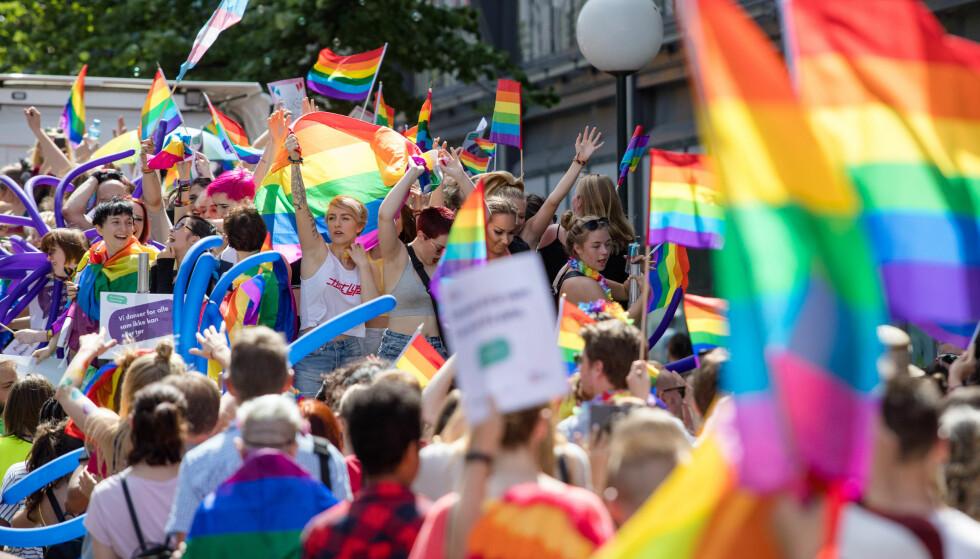 FORBUDT: LHBT-bevegelsens regnbueflagg er ikke ønsket i 17. mai-toget i Skien. Her fra Oslo Pride 2017. Arkivfoto: Audun Braastad / NTB Scanpix