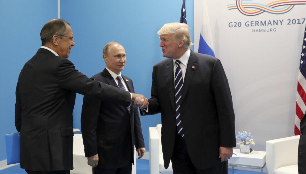 G20: Donald Trump hilser på Russlands utenriksminister Sergei Lavrov under G20 forrige uke. Ved siden står Russlands president Vladimir Putin. Foto: NTB Scanpix
