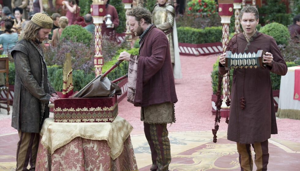 GJENKJENT: Det islandske bandet Sigur Rós dukket opp som Kong Joffreys bryllupsband, men måtte ta beina på nakken da kongen begynte å kaste mynter på dem. Foto: HBO