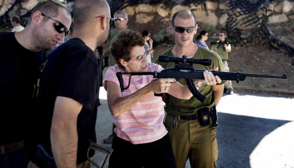 MILITÆRTURISME: En amerikansk turist lærer å skyte av instruktører med bakgrunn i det israelske forsvaret. Foto: AFP/NTB Scanpix