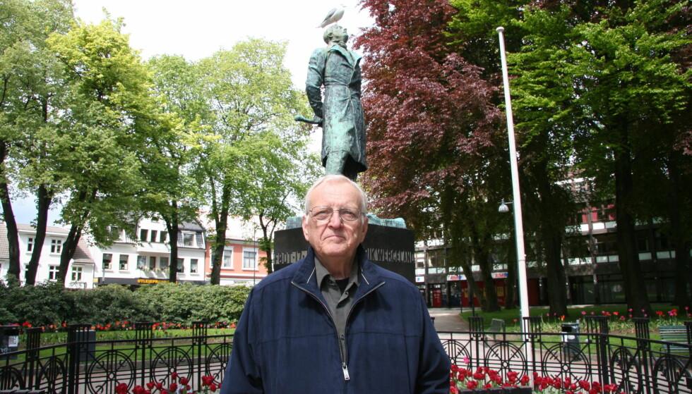 DØD: Egil Kapstad døde torsdag 13.juli, her fotografert foran Gustav Vigelands statue av Henrik Wergeland i Byparken i Kristiansand.   Foto: Fredrik Wandrup
