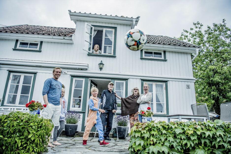 SÅ LANG TIL: Familien Normann ferierer på hytta på Hvasser i Vestfold. De mener de får et helt spesielt bånd av å bo så tett på hverandre. Men: De har sin makstid. Foto Thomas Rasmus Skaug