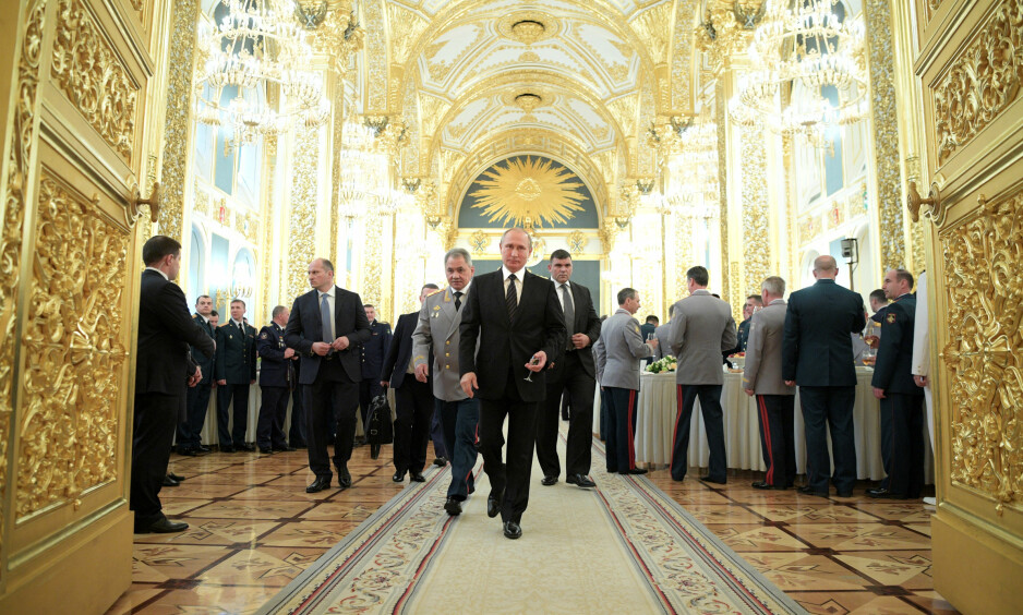STRAM I MASKA: Vladimir Putin har styrt Russland i 17 år. Her med forsvarsminister Sergei Shoigu.