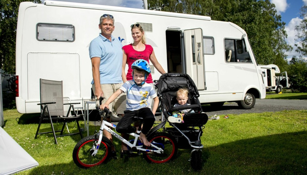 BOBILFERIE: Bjørn Arthur Godø (44) Helen Godø (36) Alexander Godø (5) og Christoffer Godø (1) Er på bobilferie. Her på Bogstad camping.