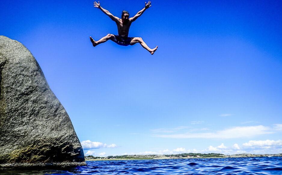 HOPP I HAVET: I dag onsdag og i morgen har du sjansen i de fleste landsdeler til å kjøle deg ned med et bad. Gjør det før det er for seint på noen dager. Foto Thomas Rasmus Skaug / Dagbladet