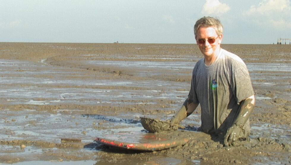 SCAMPI-EKSPERT: Professor Ian Bryceson er svært skeptisk til produksjonen av kjempereker. Her i mudderet utenfor Malaysias største scampi-oppdrettsanlegg. Foto: Privat