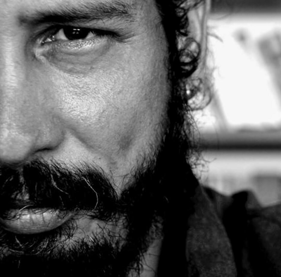 FRAM OG TILBAKE: Canek Sánchez Guevara ble født på Cuba i 1974. Han bodde utenlands i flere år før han vendte tilbake. I 1996 flyktet han og bosatte seg i Mexico. Han har foruten å skrive vært pønkmusiker, heavy-gitarist og designer. I 2005 døde han som følge av en hjerteoperasjon. Foto: Solum