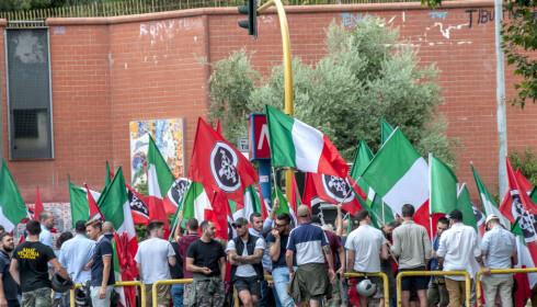 MISNØYE: Militante italienere fra ytre-høyre-bevegelsen Casapound demonstrerer ved et såkalt relokaliseringssenter i Roma, som de vil ha stengt. Foto: Patrizia Cortellessa / Pacific Press / Scanpix.