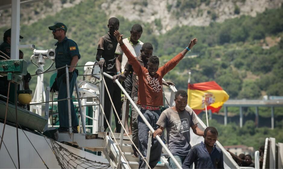 DRØMMEN OM EUROPA: En båt lastet med 1200 flyktninger og migranter ankommer Salerno, ved Amalfikysten, i forrige måned. I gjennomsnitt ankommer rundt 450 migranter og flyktninger Italia hver eneste dag. Italienske politikere fortviler og ber resten av Europa om hjelp, men foreløpig uten å bli hørt. Foto: Michele Amoruso / IPA / Scanpix