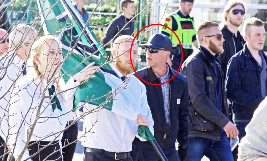 PÅ NAZIMARSJ: Morten Lorentzen (53) sier han ikke er nynazist, men marsjerer her sammen med den selverklært nazistiske gruppa Den nordiske motstandsbevegelsen i Falun 1. mai i år. Foto: Filter Nyheter