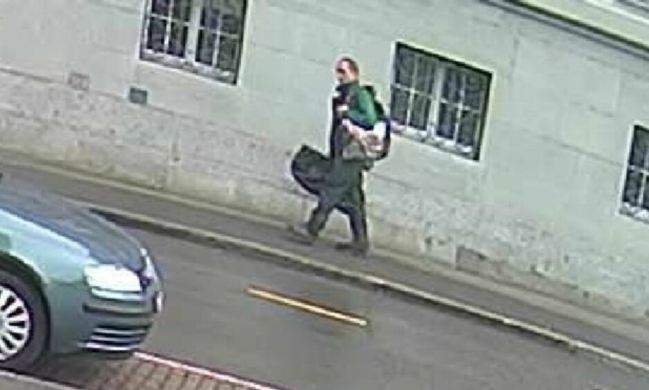MISTENKT: Politiet etterlyste den mistenkte med dette bildet tidligere i dag. Foto: Politiet i Schaffhauser / AP / NTB Scanpix