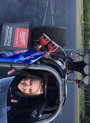 <strong>GLEDER SEG:</strong> Maja Udtian gleder seg. Her prøvesitter hun bilen to dager før alvoret starter. Foto: Annette Ravneberg Riiser
