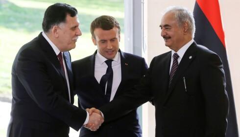 VIL MEGLE: Den franske presidenten Emmanuel Macron (midten) klarte denne uka å samle de to libyske lederne, statsminister Fayez al-Sarraj (t.v) og generalen Khalifa Haftar, som kontrollerer det østlige Libya. Målet er fred i det krigsherjede Libya, der krigsherrer og militser har fått herje i seks år. Foto: Jacques Demarthon / Afp / Scanpix