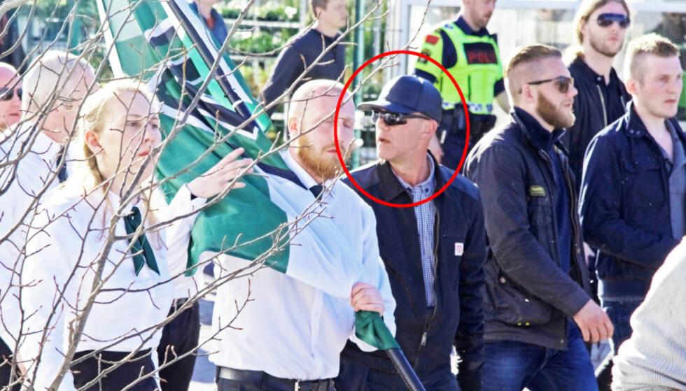 PÅ NAZIMARSJ: Morten Lorentzen (53) sier at han ikke er nynazist. Her er han sammen med den selverklærte nazistiske gruppa Den nordiske motstandsbevegelsen i Falun 1. mai i år. Foto: Filter Nyheter