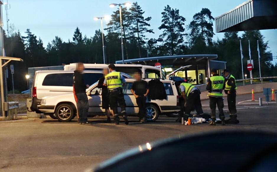 STOPPET: De fire mennene i den svenske Volvoen ble stående lenge på tollstasjonen mens politiet sjekket ut dem og bilen. Foto: Frank Karlsen / Dagbladet