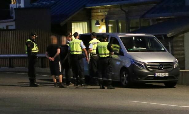 PÅSATT HÅNDJERN: De fire mennene ble påsatt håndjern og kjørt bort. Foto: Frank Karlsen / Dagbladet