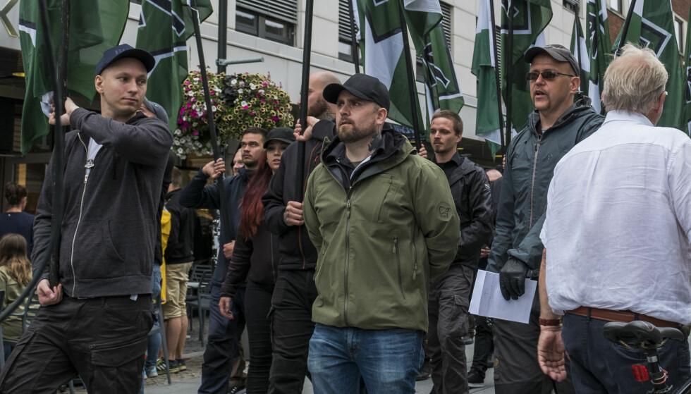DEMONSTRASJON: Rundt 60 personer fra den høyreekstreme organisasjonen Den nordiske motstandsbevegelsen marsjerte gjennom Markens gate i Kristiansand i går. Lederen for organisasjonen i Norge, Haakon Forwald, i grønn jakke. Foto: Tor Erik Schrøder / NTB scanpix