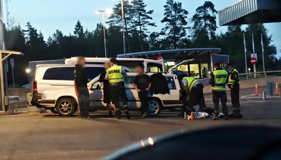 STOPPET: De fire mennene i den svenske Volvoen ble stående lenge på tollstasjonen mens politiet sjekket ut dem og bilen. Nå er de bortvist fra norsk territorium. Foto: Frank Karlsen / Dagbladet