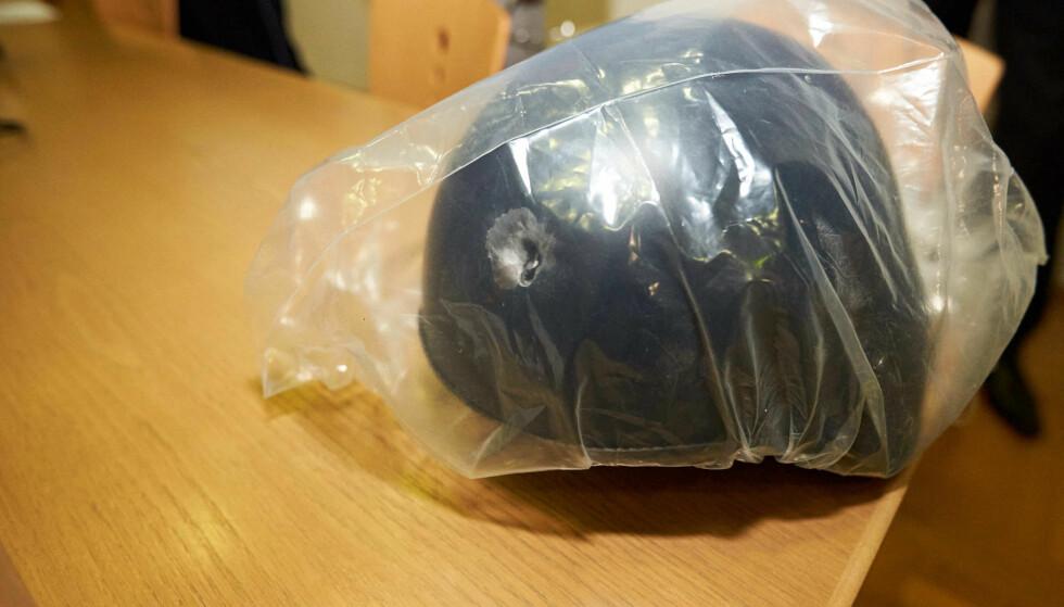 REDDET LIVET: Denne hjelmen, med et tydelig kulehull i siden, reddet livet til en politimann under en skuddveksling utenfor nattklubben «Grey Club» i Konstanz i Tyskland natt til søndag. Foto: DPA / AFP / NTB Scanpix