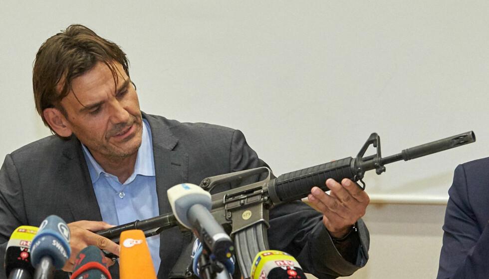 Våpenet: Politisjef i Konstanz, Andreas Stenger, viser fram en M16 automatrifle brukt av den 34 år gamle gjerningsmannen under nattklubbskytinga natt til søndag. Foto: DPA / NTB Scanpix