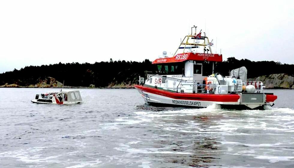GIKK NED: Redningsskøyta kom seg ut til båten i Skjebergkilen søndag så fort den kunne, men da var båten så godt som sunket. Før det skal mange private båter ha kjørt rett forbi havaristedet uten å hjelpe til. Foto: Privat