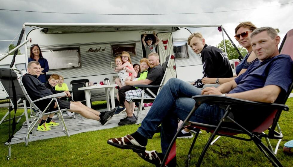 KRITISK: Familiene fra Hordaland er kritiske etter slukking av FM-nettet på Vestlandet. Her fra venstre: familien Grindheim, familien Fjeld og familien Sætre.