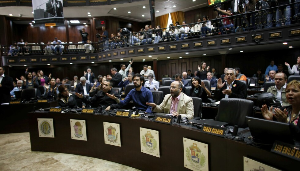 VALGFUSK: Den politiske opposisjonen til president Nicolás Maduro, som har flertallet i Nasjonalforsamlinga, roper under et møte onsdag: «Fusk! Fusk! Fusk!» Det er avslørt tukling med det elektroniske anlegget som ble brukt under søndagens valg. Valget gjør dem husløse når de nyvalgte medlemmene i den grunnlovgivende forsamlinga kommer for å overta deres parlamentariske sete. Foto: AP / NTB Scanpix /Ariana Cubillos