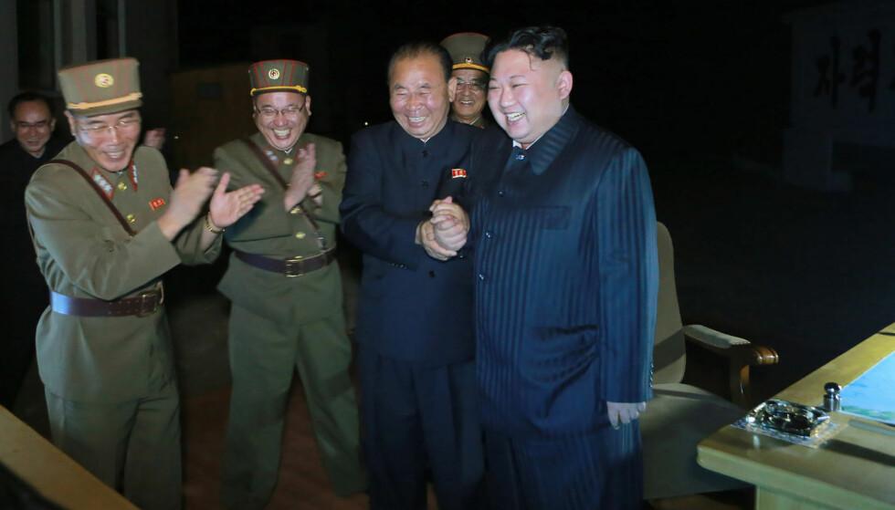 MILITÆRET FØRST: Men aller fremst står Kim Jung-un selv. Her til høyre etter enda en utskyting av en langdistanserakett, 28. juli i år. Foto: AFP / NTB / Scanpix