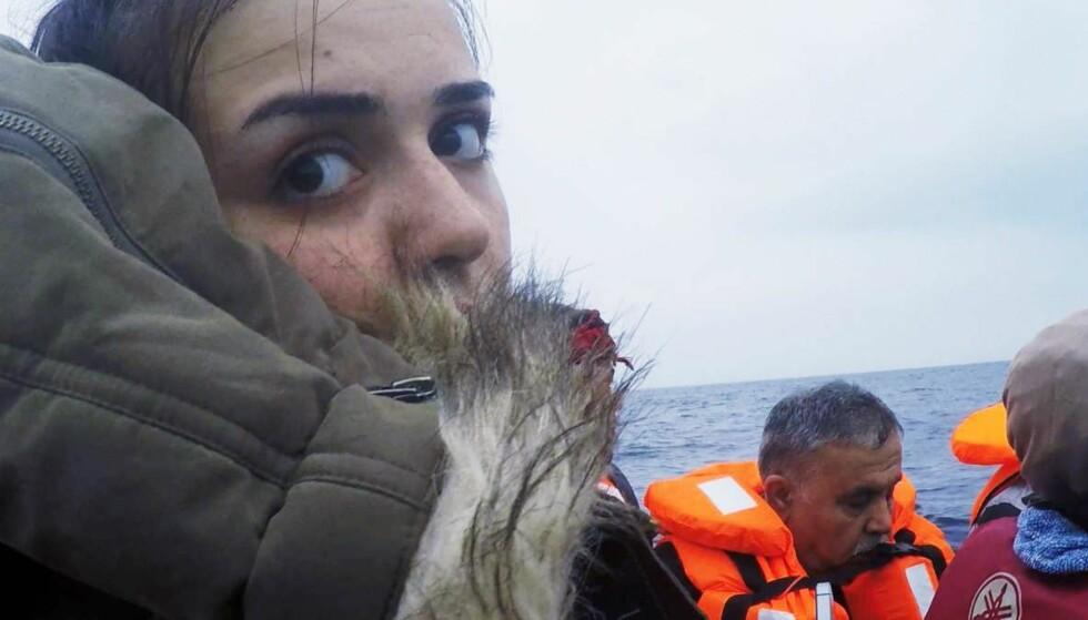 Redd: – Jeg er vettskremt, betror Rania Mustafa Ali til kamera før hun setter seg i båten som skal ta henne over Middelhavet. Foto: Anders Sømme Hammer/NRK