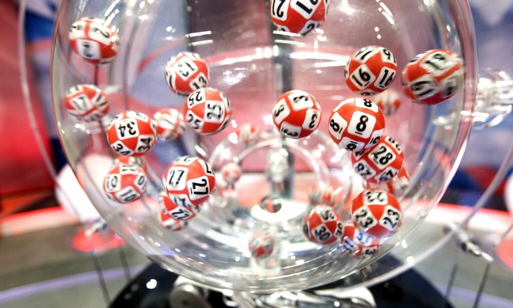 Denne maskinen foretar Lotto-trekningen hos Fabelaktiv på Hamar. Nå har svenske forskere sjekket om lottovinnere blir lykkelige av pengene. Foto: Gorm Kallestad / NTB scanpix