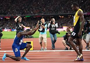 HYLLET BOLT: Omgitt av taktfaste rop på Bolt og buing på seg selv, satte Justin Gatlin seg på knærne og hyllet Bolt i London etter å ha detronisert ham på hundremeteren i VM. I kveld er Gatlin favoritt til nok et gull. Foto: Sandra Mailer/REX/Shutterstock/NTB Scanpix