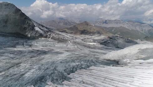 SMELTET BORT: Storparten av snøen som vanligvis pryder Stelvio-isbreen har smeltet i år, grunnet hetebølgen Lucifer. Foto: Ruptly / Reuters