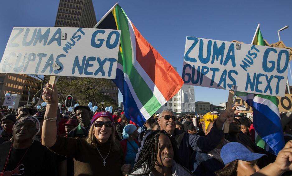 DEMONSTRASJON: Sørafrikanere i Cape Town demonstrerer mot president Zuma. Foto: Halden Krog / AP / NTB scanpix