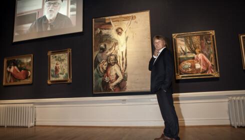 KORSFESTELSEN: Filmregissør Nils Gaup blir inspiret av Aksel Waldemar Johannessens bilder, som dette kristusbilde - et selvportrett med deler av Oslo i bakgrunn. - Golgata er over alt, sier han. Foto: Anders Grønneberg