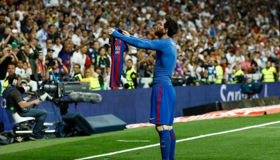 I klartekst: Barcelonas magiker, Lionel Messi, feirer mål mot erkerival Real Madrid med å vise fram navnet på drakta si til motstandernes supportere for å understreke hvem som scoret. Like tydelig var det ikke for La Ligas fotballfans at vilkårene de godkjente for bruk av seriens app innebar at de mistet kontroll over mobiltelefonens funksjoner. Foto: Oscar Del Pozo / AFP / NTB Scanpix