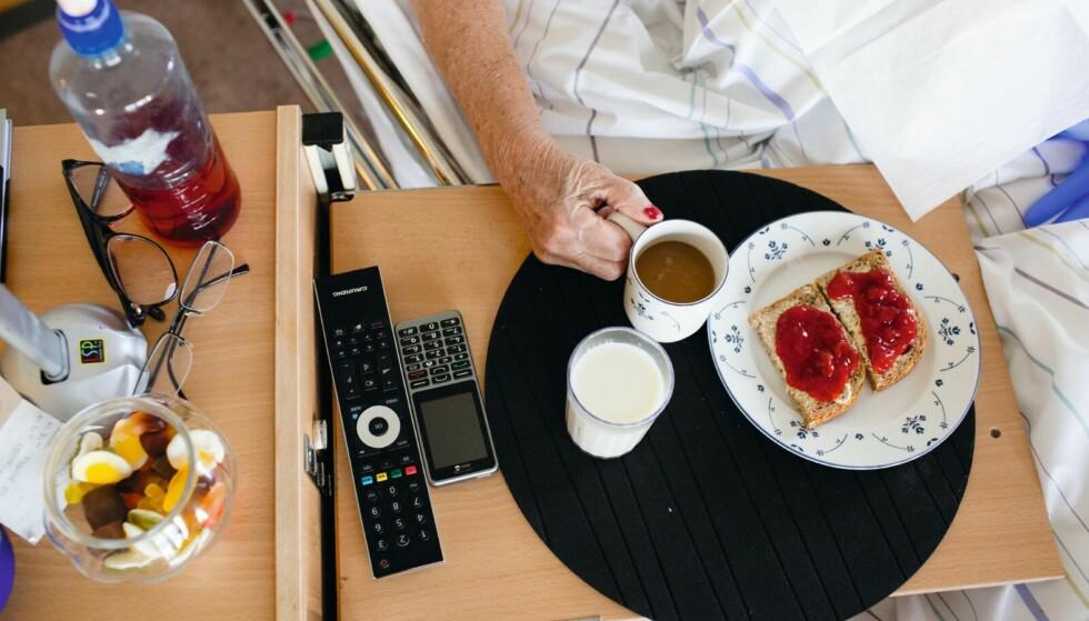 MAT: En undersøkelse Forbrukerrådet har gjennomført, viser at pasienter på norske sykehjem risikerer å gå mer enn elleve timer uten å få servert mat. Undersøkelsen viser også at måltidene ofte serveres tidlig på dagen. Illustrasjonsfoto: Scanpix